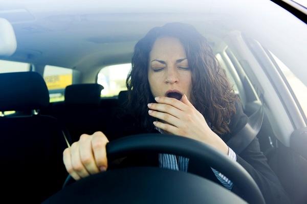 Зевающий водитель